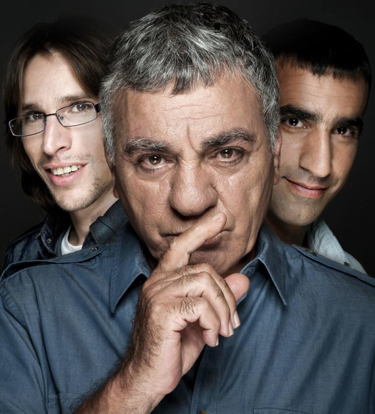 """גברי בנאי עם הבנים בעז (משמאל) ואורי במופע """"אלה הם בנאי"""". צילום: פיני סילוק"""