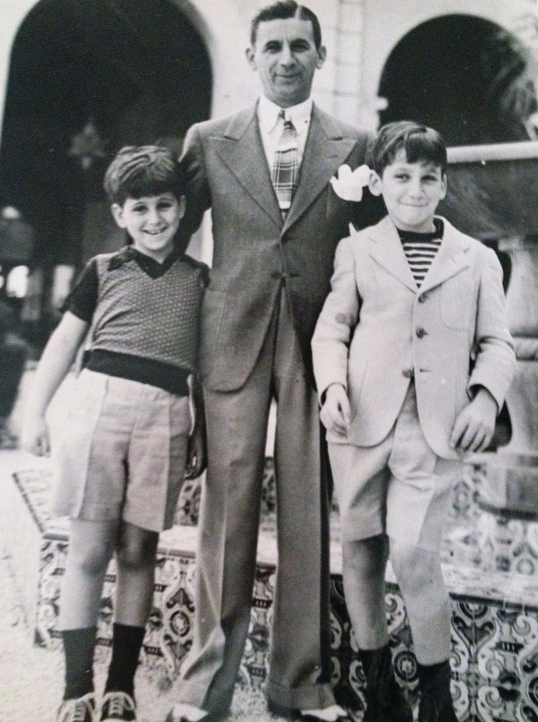 Library of Congress :מאיר לנסקי בין שני בניו, באדי ופול. צילום