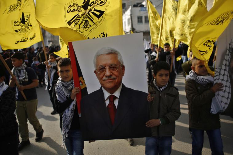 תומכי פתח עם תמונת אבו מאזן. צילום: רויטרס