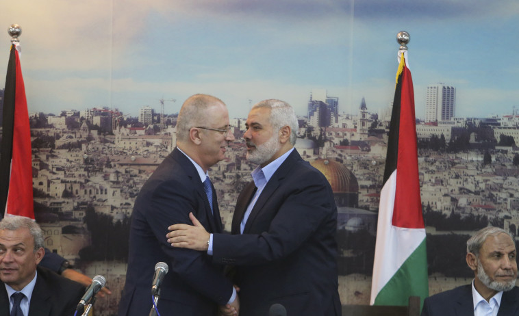 חמדאללה והניה במהלך השיחות. כעס בעזה על התנהלות ראש הממשלה הפלסטינית. צילום: רויטרס