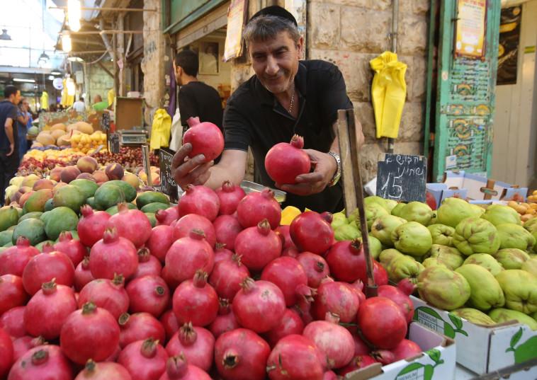 דוכן פירות בשוק מחנה יהודה לקראת ראש השנה (צילום: מרק ישראל סלם)