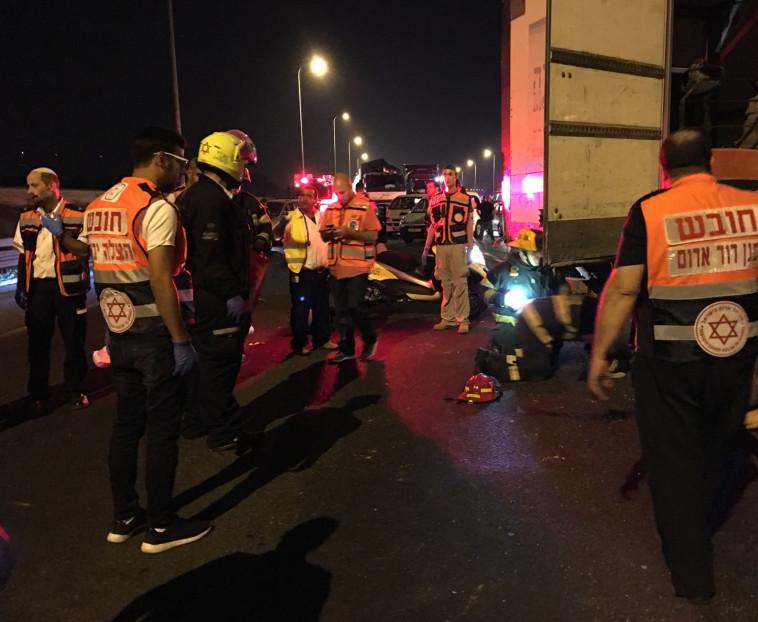 """כוחות חילוץ במקום התאונה. צילום: מד""""א"""