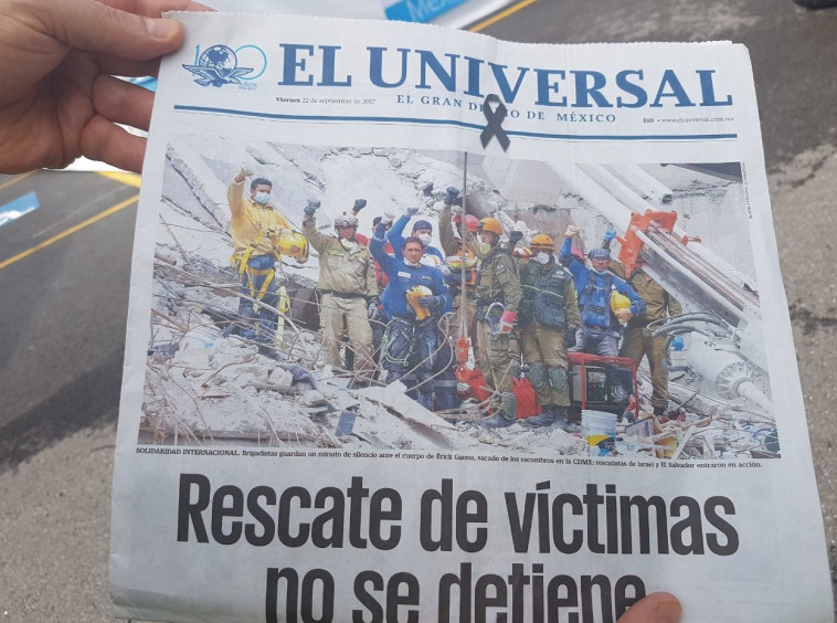 """המשלחת הישראלת על שער """"אל יוניברסל"""". צילום: משרד החוץ"""