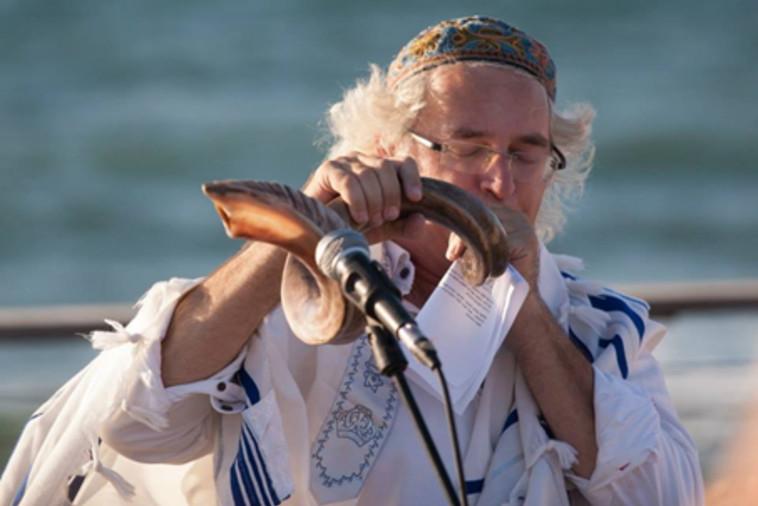 """הרב גוטפריד תוקע בשופר. צילום: """"בית תפילה ישראלי"""""""