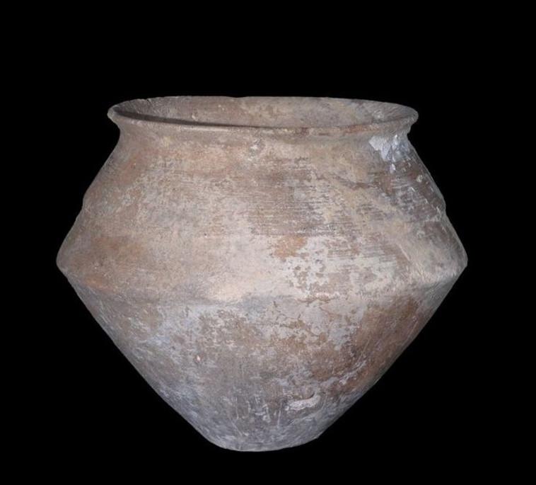כלי שהונח כמנחת קבורה. צילום: קלרה עמית, באדיבות רשות העתיקות