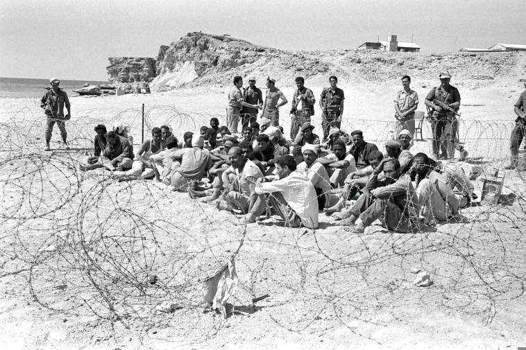 """שבויים מצרים בששת הימים. צילום: עקב סער, לע""""מ"""