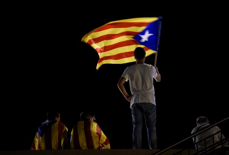אדם מנופף בדגל קטלוניה, צילום: רויטרס