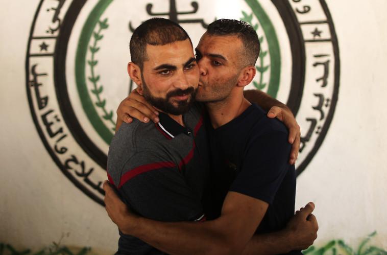 אסיר פתח ששוחרר על ידי החמאס מתאחד עם משפחתו, צילום: AFP