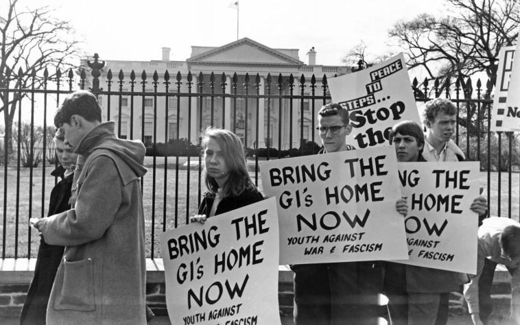 מפגינים מול הבית הלב. צילום: keystone/gettyimages