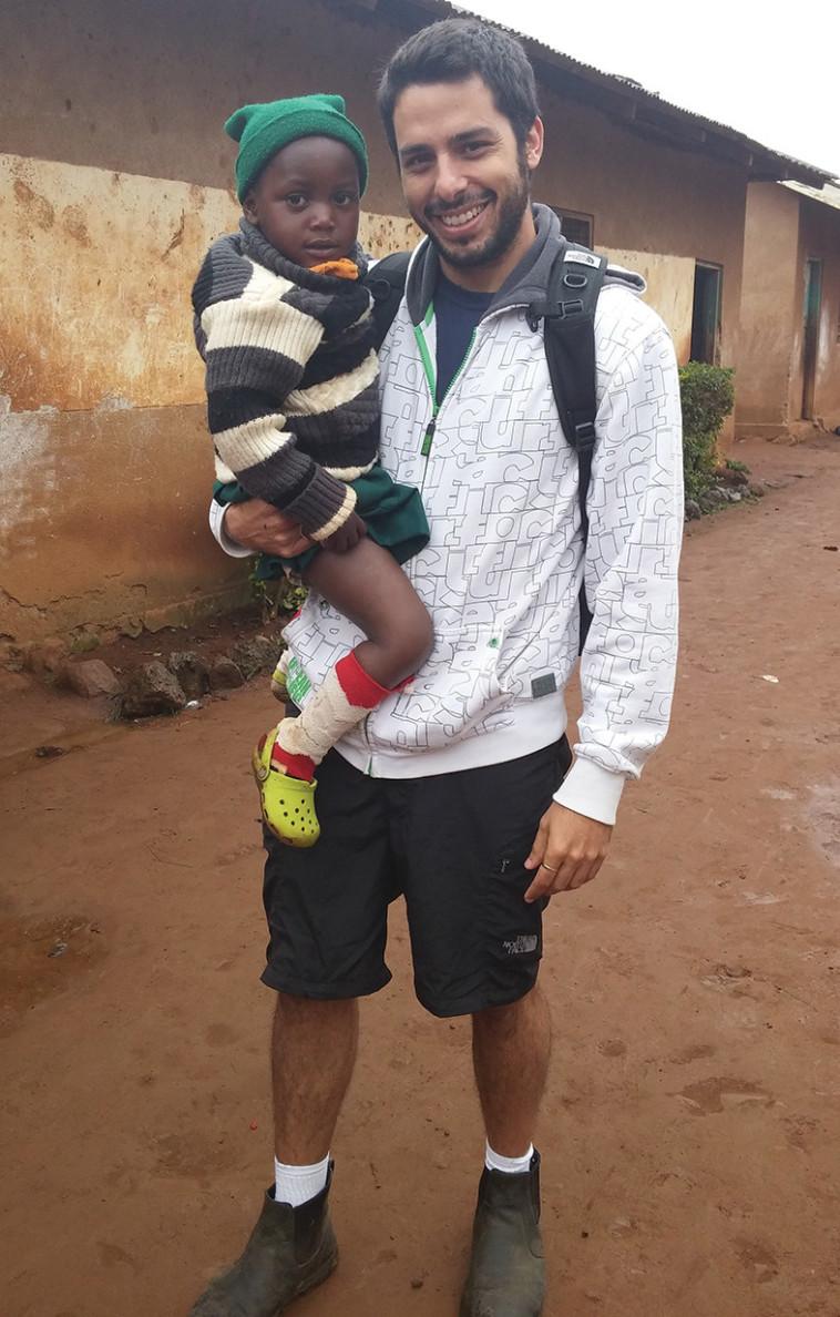 """""""קבלת פנים מחממת לב"""". מתתיהו וילדה מקומית בטנזניה, צילום:HelpApp"""