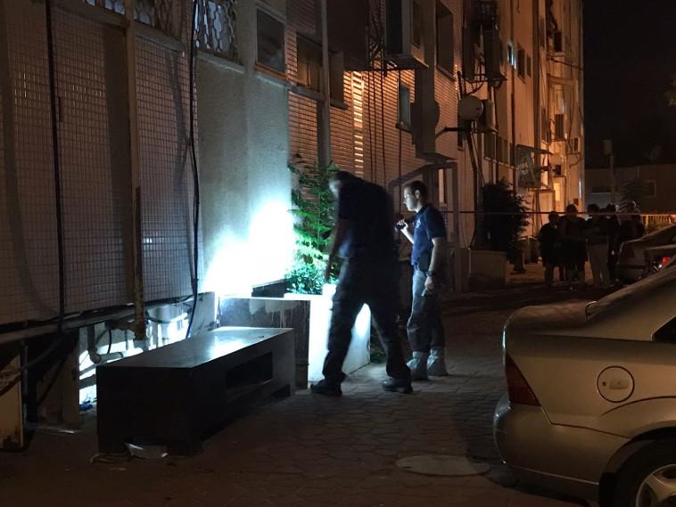 כוחות משטרה סורקים בזירה, הערב בקריית גת. צילום: דוברות המשטרה