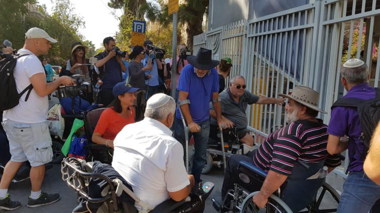 """הפגנת הנכים מול בית רה""""מ. צילום: קואליציית ארגוני הנכים"""