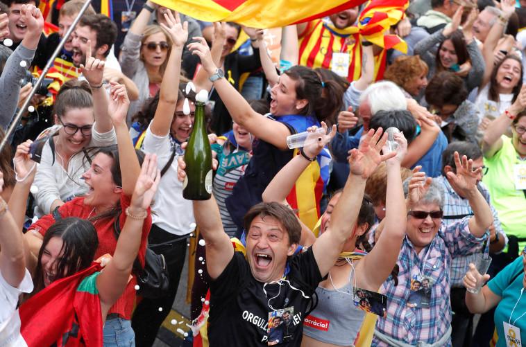 תושבי קטלוניה חוגגים עצמאות. צילום: רויטרס