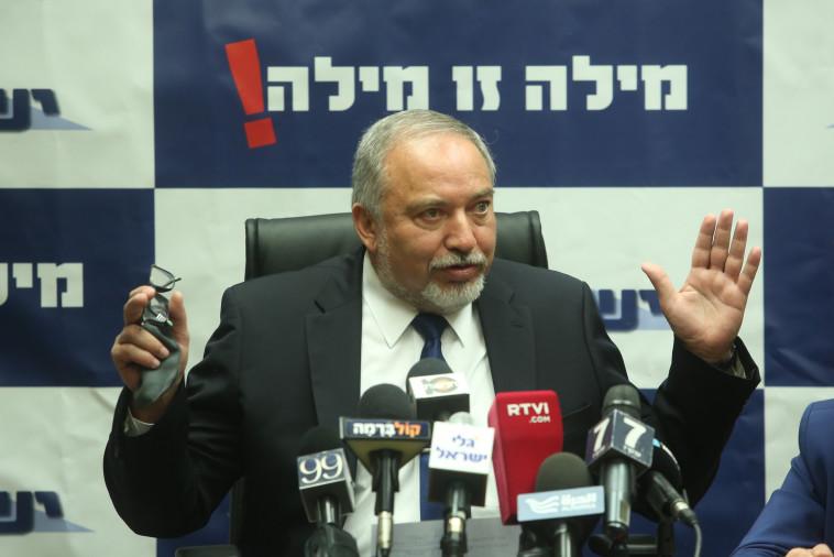 שר הביטחון ליברמן, היום בישיבת הסיעה. צילום: מרק ישראל סלם