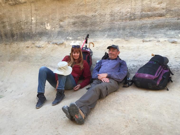 """מיקי קם ורוברט הניג מתוך """"הולכת שבעה"""". צילום: רמי אגמי"""