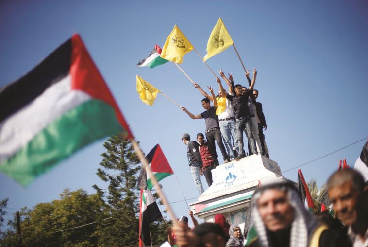 """מחאה בעזה נגד הצהרת בלפור. """"אלו שאין להם זכות נתנו לאלה שלא מגיע להם"""". צילום: רויטרס"""