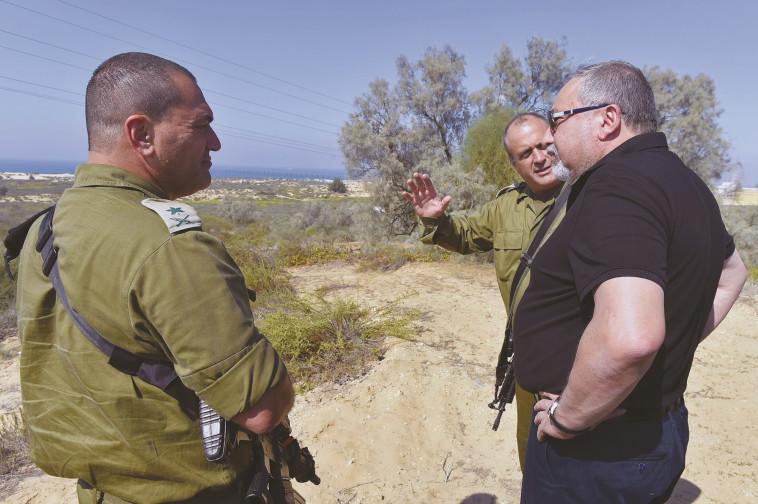 השעון התקלקל. ליברמן בגבול רצועת עזה, צילום: אריאל חרמוני, משרד הביטחון