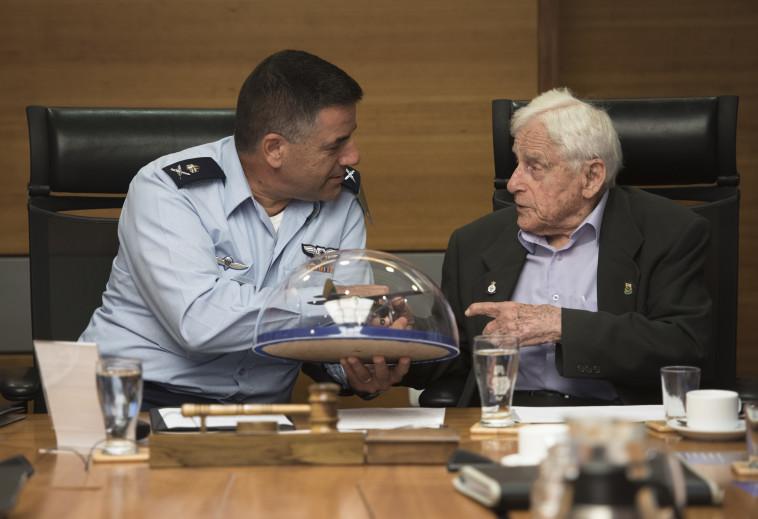 """מפקד חיל האוויר עמיקם נורקין עם סא""""ל בדימוס אלכסנדר ז'ילוני. צילום: דו""""צ"""