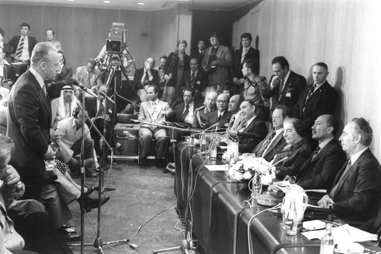 """ההסכם התחיל אצל רבין. סאדאת נפגש עם ראשי העבודה, בהם רבין וגולדה מאיר. צילום: יעקב סער, לע""""מ"""
