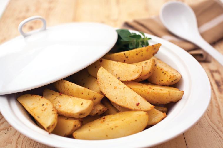 תפוחי אדמה צלויים בתנור. צילום: דרור כץ