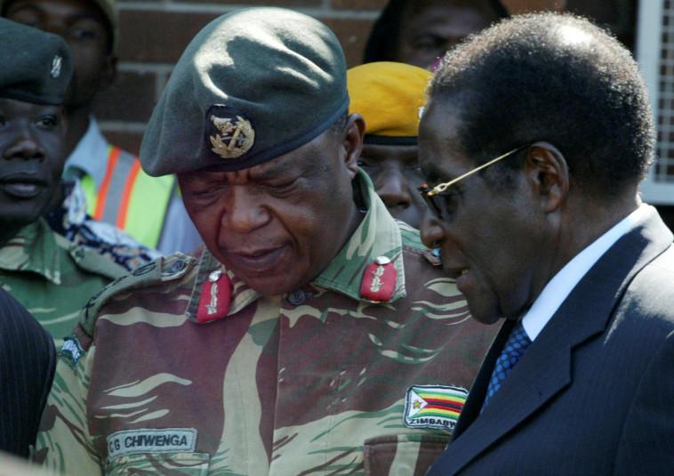 מוגאבה עם אנשי צבא זימבבואה לפני ההפיכה. צילום: רויטרס
