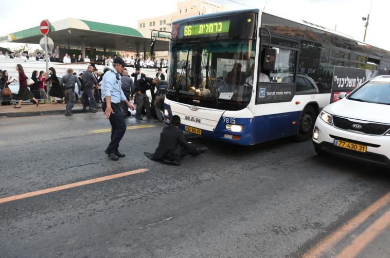 מפגין חוסם את הכביש בגופו. צילום: קובי ריכטר/TPS