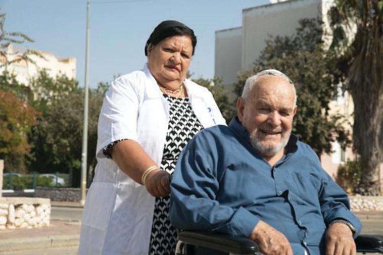 מרים כהן עם הקשיש יצחק כהן.  צילום: דיאגו מיטלברג