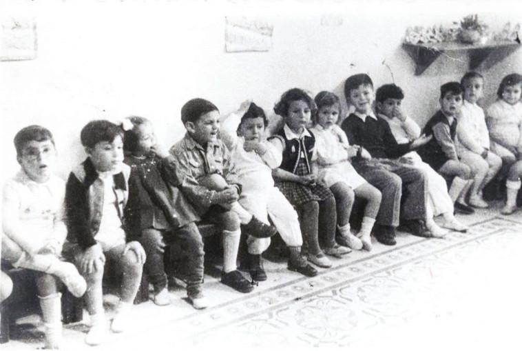 אריק איינשטיין (חמישי מימין) ופולי (שני משמאל). ארכיון אילן שאול