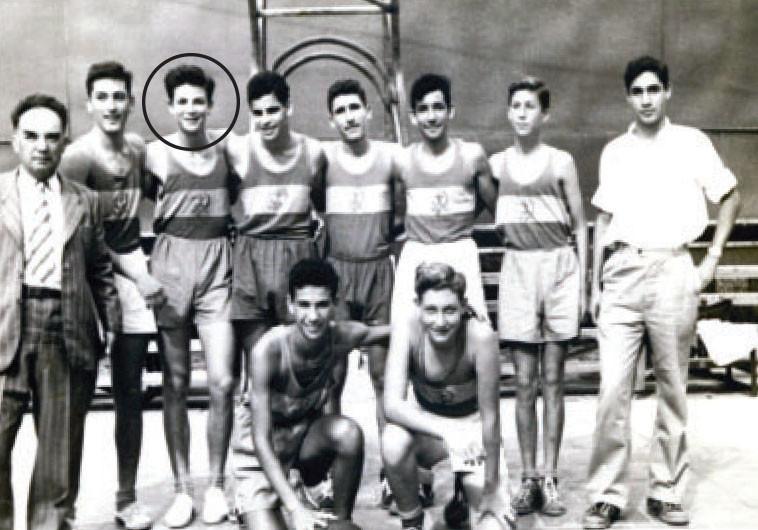 אריק איינשטיין עם חבריו להפועל תל אביב. צלם : גדעון רוסק