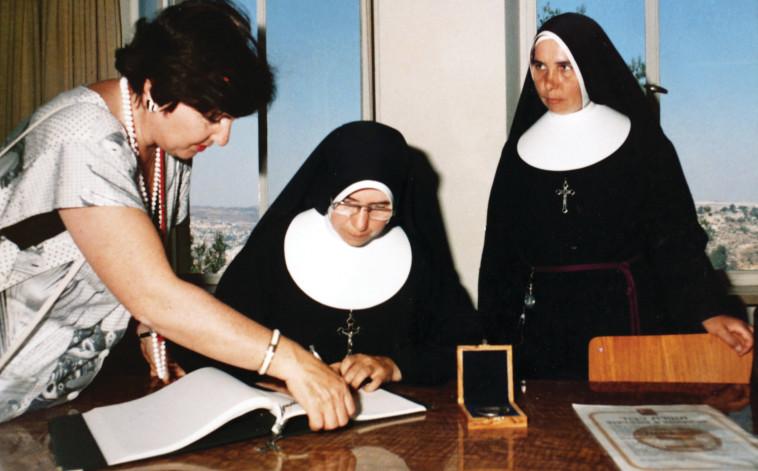 הכרה מאוחרת. באלינט ונזירות המסדר הפרנציסקני המקבלות את אות  חסידי אומות העולם. צילום ורפרודוקציה: אריאל בשור