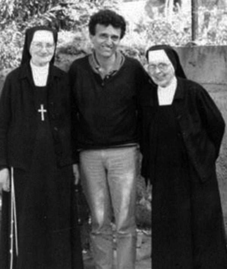 פגישה מאוחרת. אלבחרי עם שתי הנזירות ששהה עמן במנזר בילדותו. צילום: אלבום פרטי