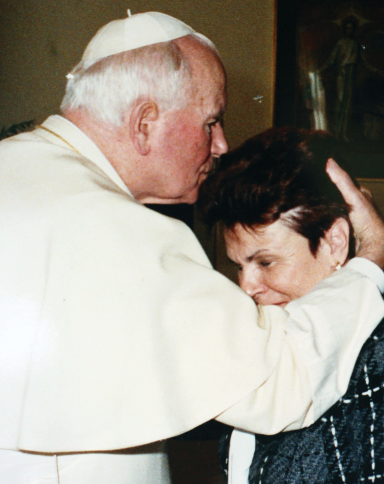 נשיקה מאוחרת. אברוצקי והאפיפיור יוחנן פאולוס השני