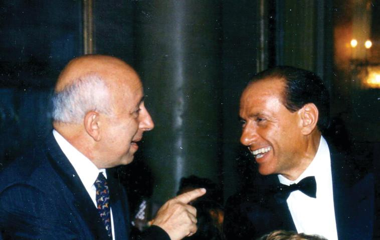"""""""בא אלי הביתה ולמחרת הודיע שהוא מקים קואליציה"""". עם ברלוסקוני. צילום: טונינו מוצ'י"""