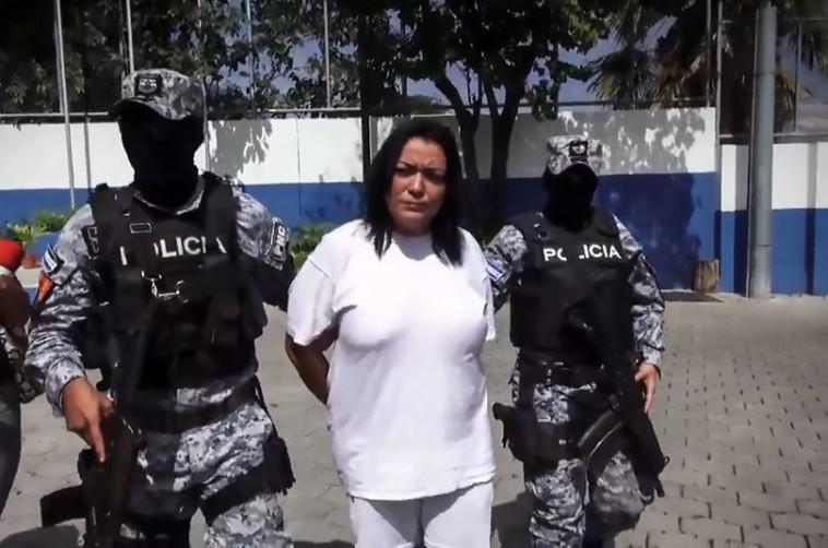 איזמרלדה, מנהיגת הכנופיה, נלקחת למעצר. צילםו מסך