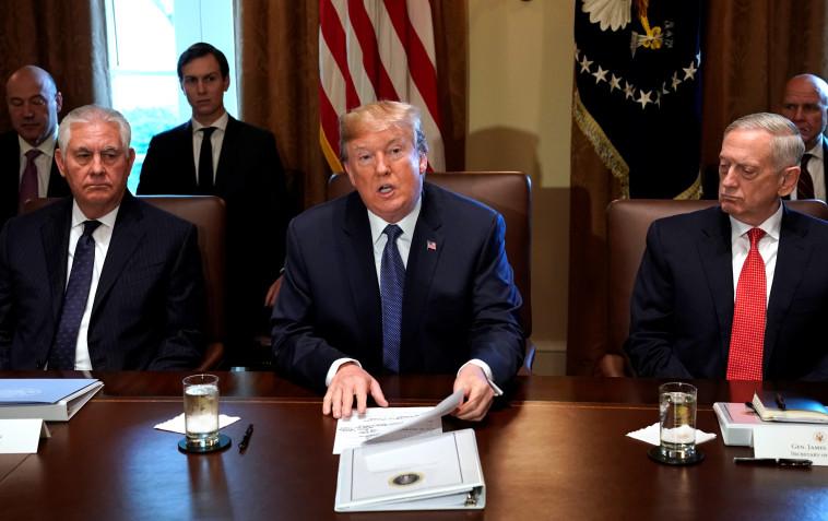 שרשרת של עזיבות. טראמפ יחד עם מאטיס ומזכיר המדינה לשעבר טילרסון. צילום: רויטרס