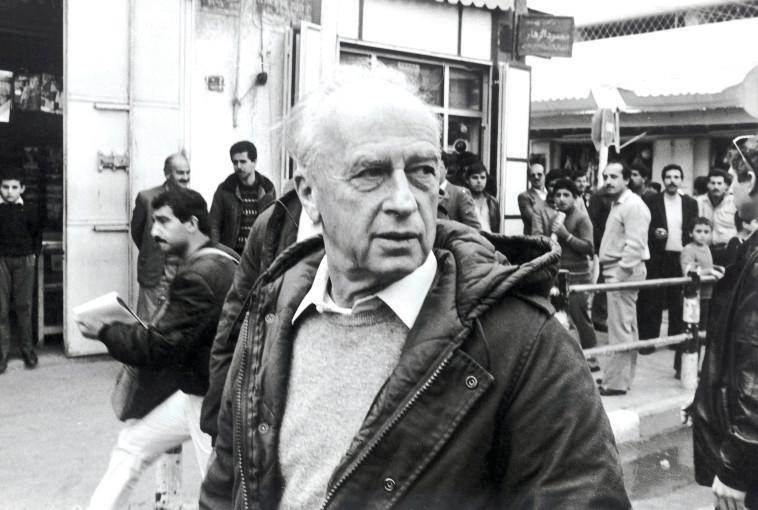 רבין מבקר בעזה במהלך האינתיפאדה. צילום: במחנה