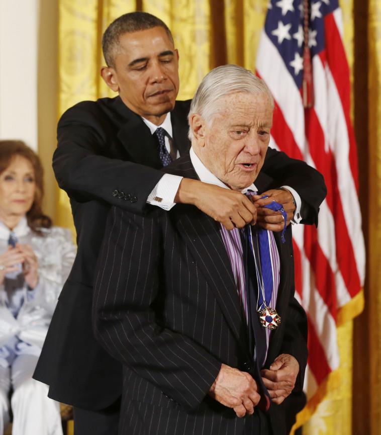 אובמה מעניק לבראדלי את מדליית החירות הנשיאותית