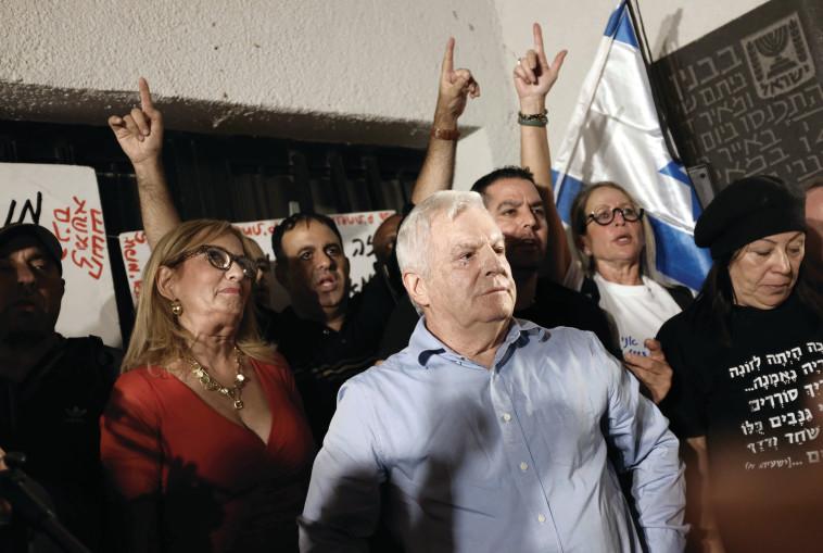 עמירם לוין מפגין נגד השחיתות. צילום: תומר נויברג, פלאש 90