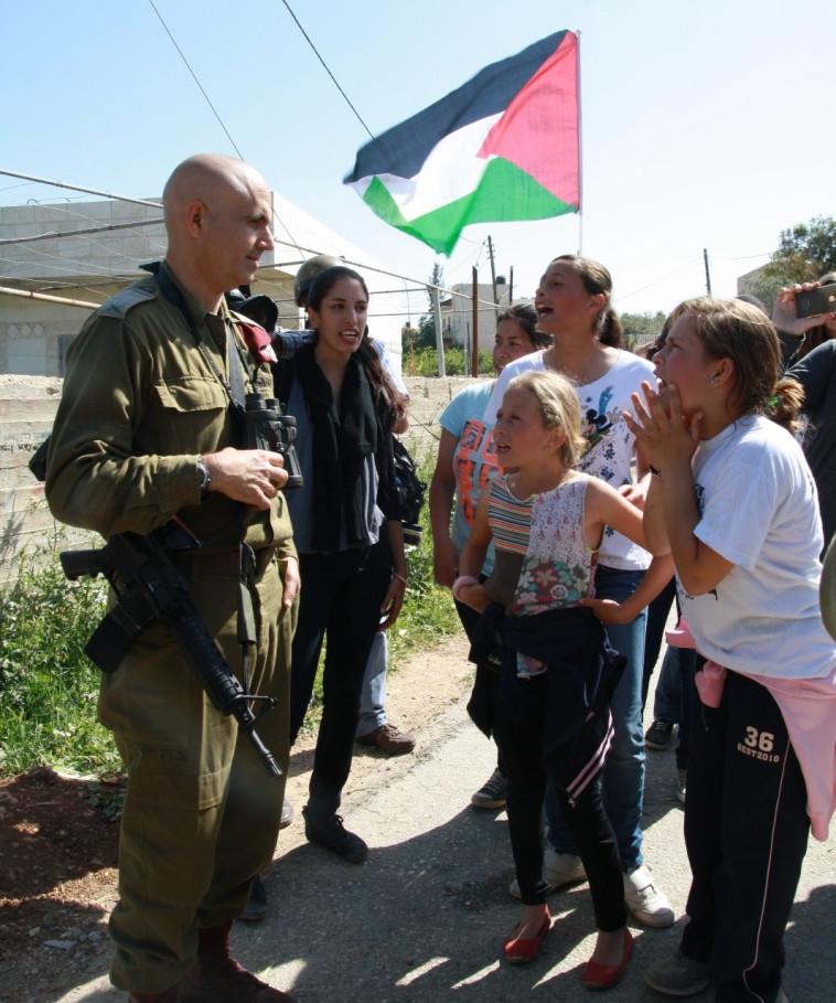 """תמימי מתעמתת עם מפקד אוגדת איו""""ש ב-2012. צילום: אהוד אמיתון, טי.פי.אס"""
