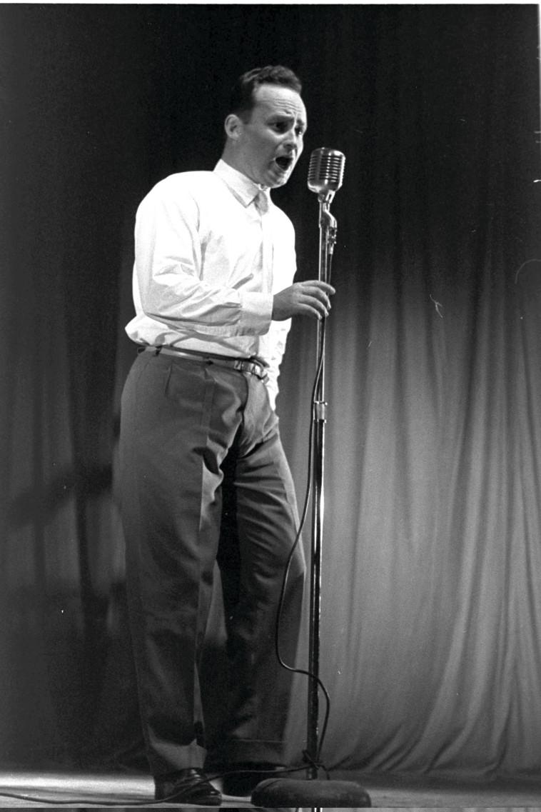 """שמעון ישראלי באולפן קול ישראל שנת 1959 צילום משה פרידן לע''מ. משה פרידן, לע""""מ"""