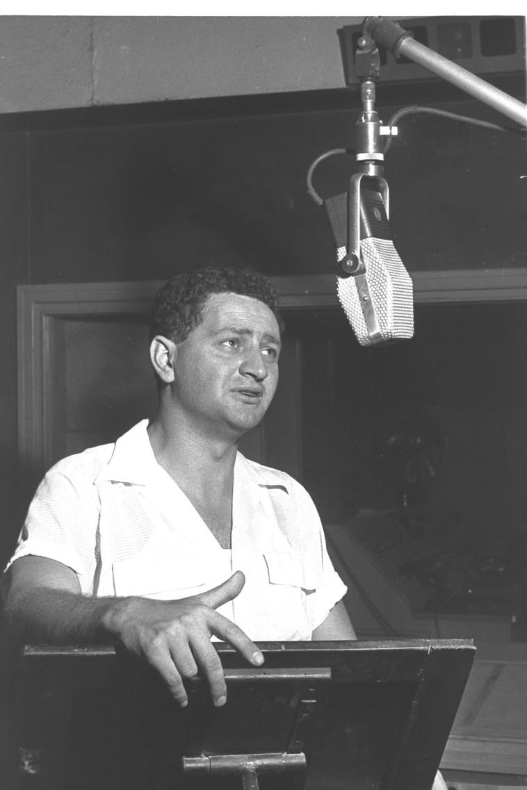 שמעון ישראלי באולפן קול ישראל שנת 1959 צילום משה פרידן לע''מ