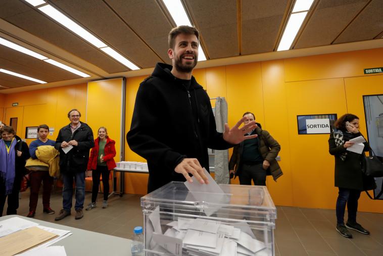 שחקן קבוצת הכדורגל ברצלונה, ג'רארד פיקה, מצביע בעיר. צילום: רויטרס