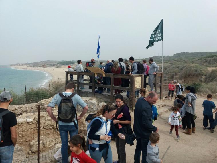 מטיילים בחוף פלמחים, צילום: רשות הטבע והגנים
