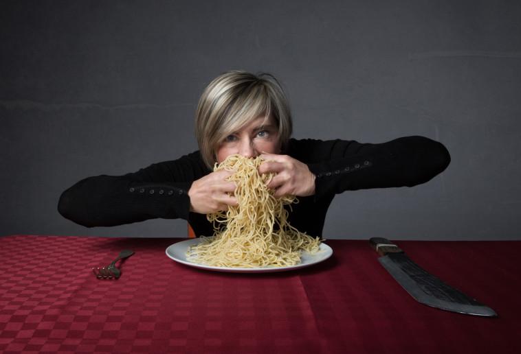 אישה אוכלת ספגטי, אילוסטרציה (צילום: istockphoto)