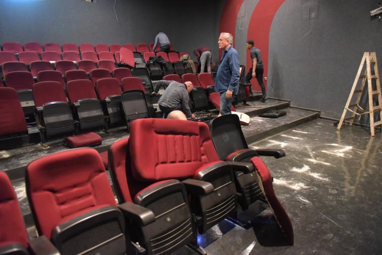 """מפרקים את הכיסאות בקולנוע לב, היום בר""""ג. צילום: אבשלום ששוני"""