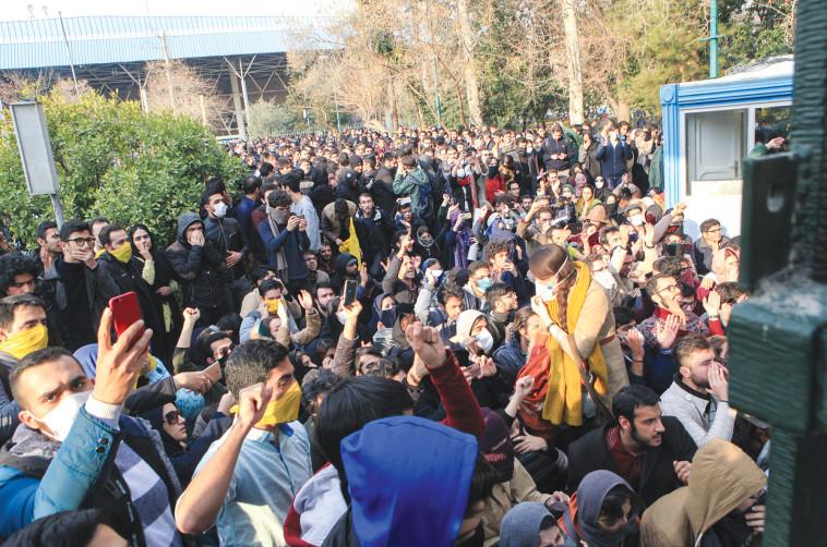 הפגנות בגלל המצב הכלכלי באיראן. צילום: AFP