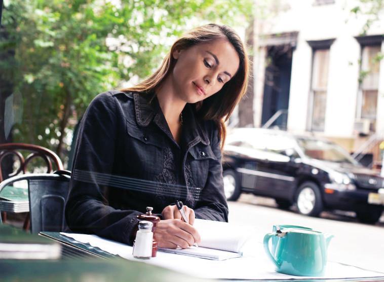 אישה כותבת, צילום אילוסטרציה (צילום: אינג אימג')