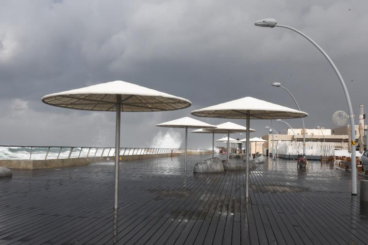 גשם בנמל תל אביב . צילום: אבשלום ששוני