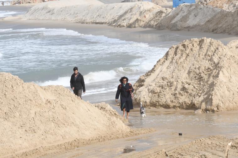 סוללות החול שהוקמו בתל אביב. צילום: אבשלום ששוני