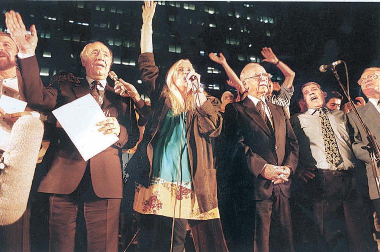 מירי אלוני, שיר לשלום עצרת רצח יצחק רבין. צלם : נעם וינד